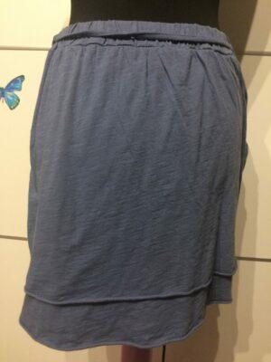 Falda lisa azul.