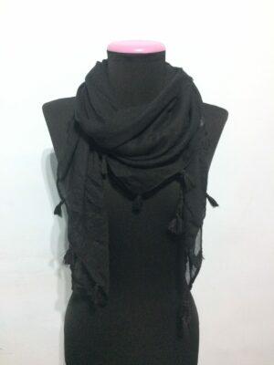 Pañuelo negro con borlas.