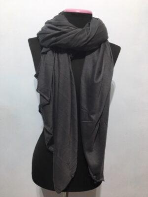 Pañuelo gris oscuro grande.